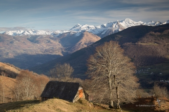 Another barn and the Pyrénées skyline